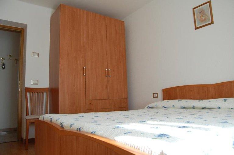 camera matrimoniale con letto ed armadio