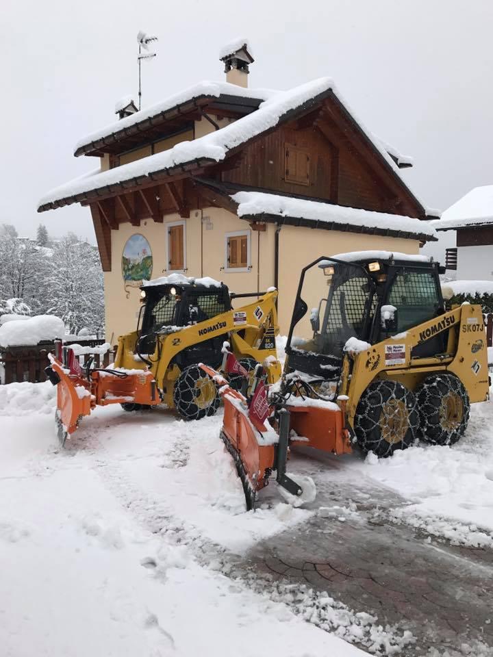 macchina spalatrice mentre ripulisce dalla neve