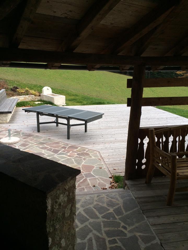 cortile con tavolo da ping pong
