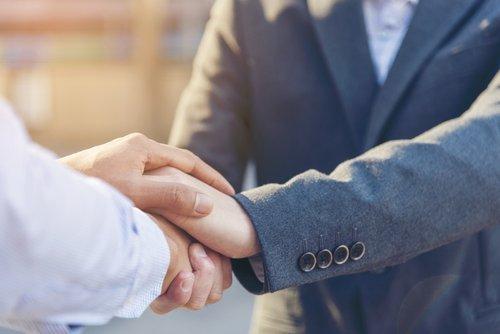 notaio e cliente si stringono la mano