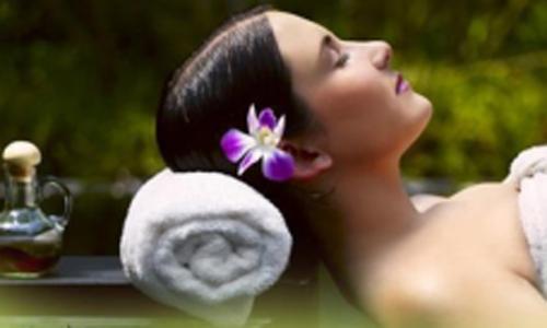 Una donna che si rilassa per un massaggio