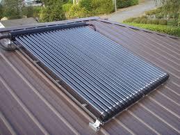 pannelli solari su un tetto di magazzino