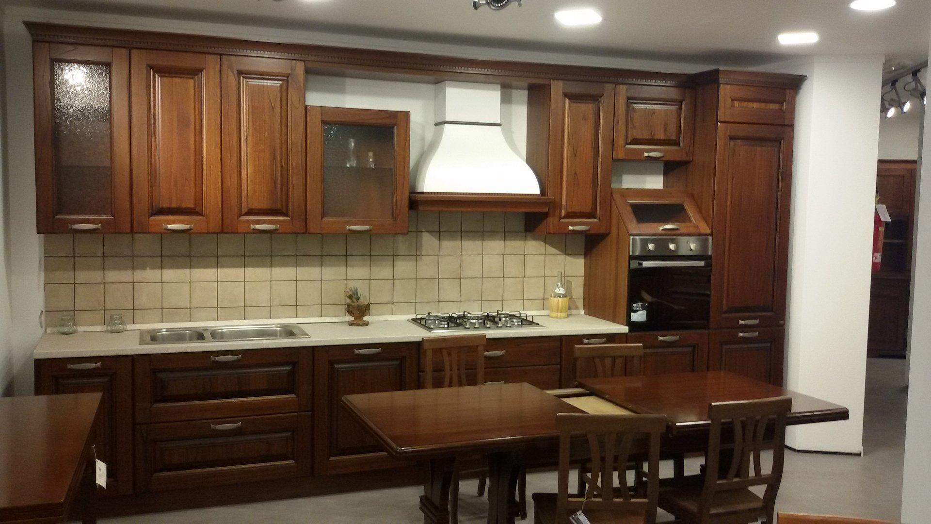 Mobili in promozione vibo valentia scarcia arredamenti - Colore parete cucina noce ...