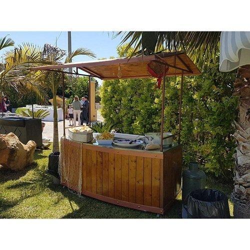 uno stand in legno in un giardino