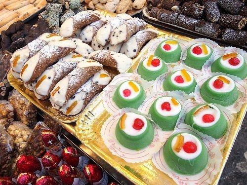 dei cannoli siciliani e dei pasticcini colorati