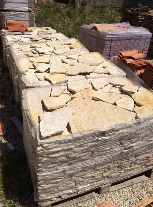 delle pietre dentro a delle confezioni in cellofan su dei bancali