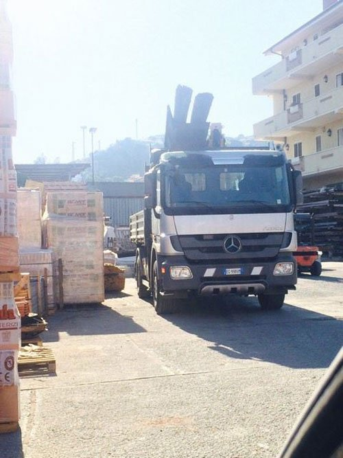 un camion bianco visto da davanti