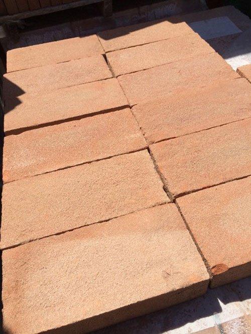 dei mattoni color sabbia