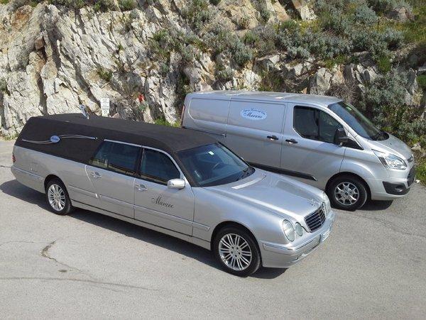 Carri funebri elegante e moderni parcheggiati
