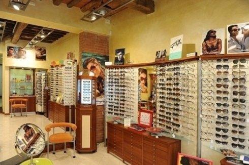 I nostri occhiali da sole sono dotati di montature dei brand più prestigiosi e di lenti di ottima fattura al fine di assicurare il massimo comfort visivo in ogni condizione di luce