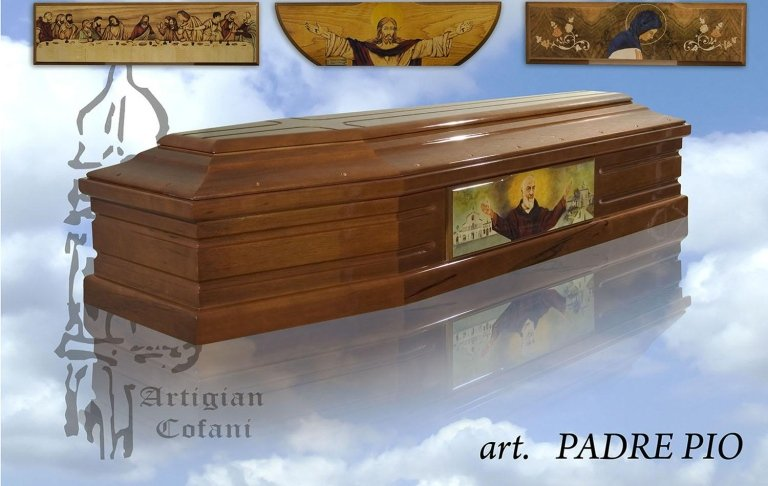 una bara in legno modello Padre Pio