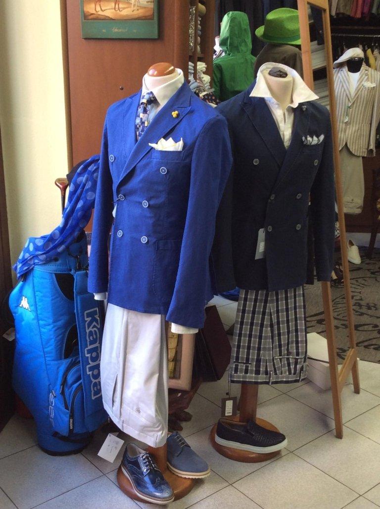 due manichini con delle giacche di color blu e delle scarpe