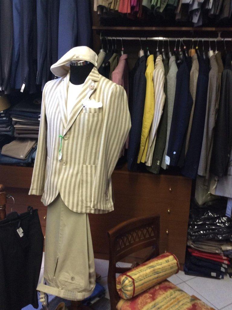 un manichino con una maglietta bianca e una giacca con le righe di color bianco e grigio