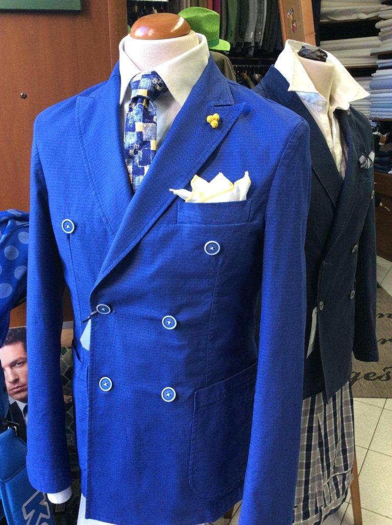 un manichino con una camicia di color bianco e una cravatta di color blu e giallo a scacchi