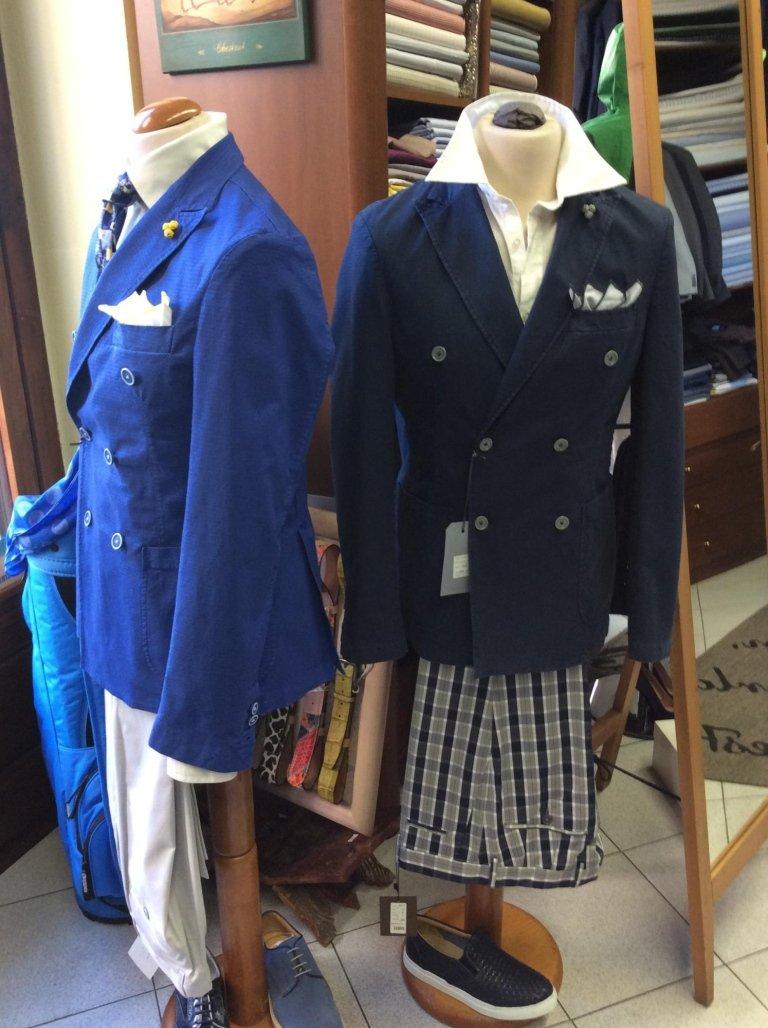 un manichino con una giacca di color blu e dei pantaloni a scacchi
