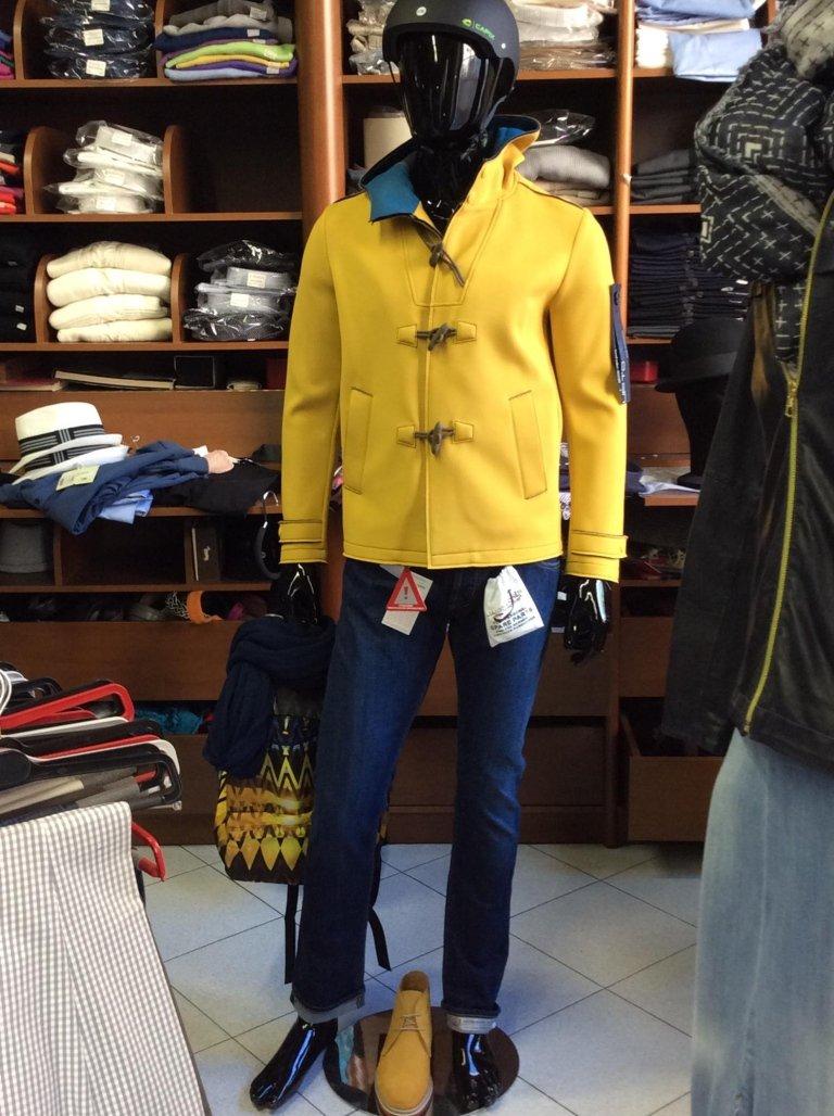 un manichino con dei jeans e una giacca di lana di color giallo