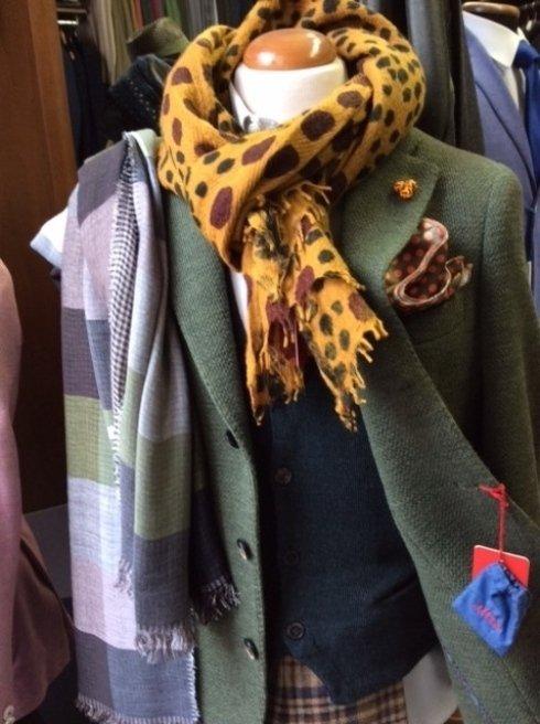 un manichino con una sciarpa di lana di color giallo e marrone