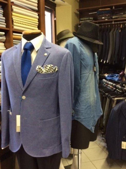 un manichino con una giacca di color viola e una cravatta di color blu