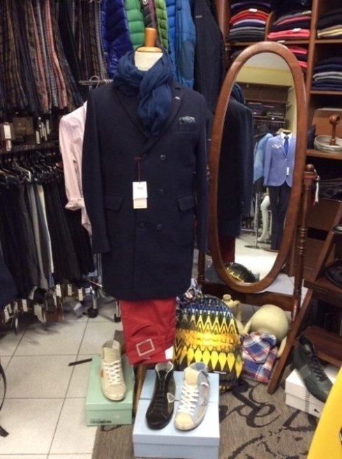 un manichino con una giacca di color dei pantaloni di color rosso