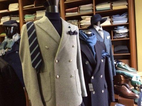 dei cappotti da uomo di color grigio e blu