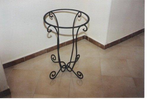 un porta vaso in ferro battuto