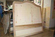 una testata di un letto in legno