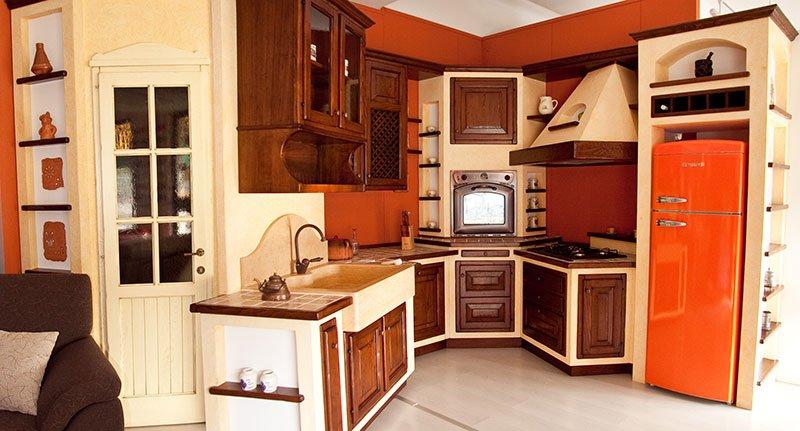 una cucina in legno di color avorio e legno scuro