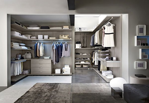 una stanza con guardaroba