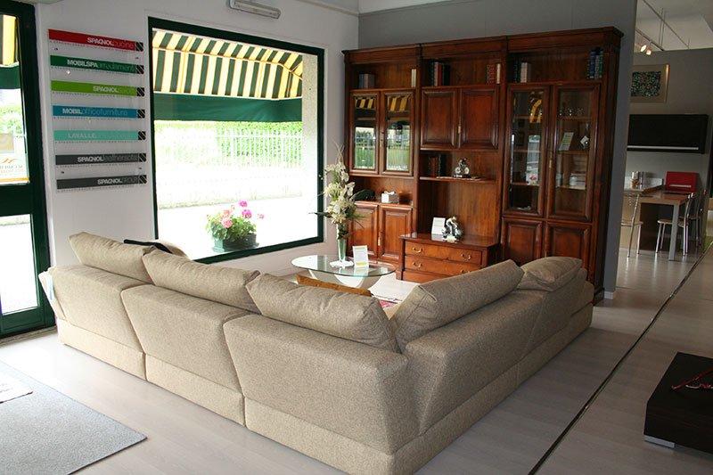 un divano angolare e davanti un mobile in legno
