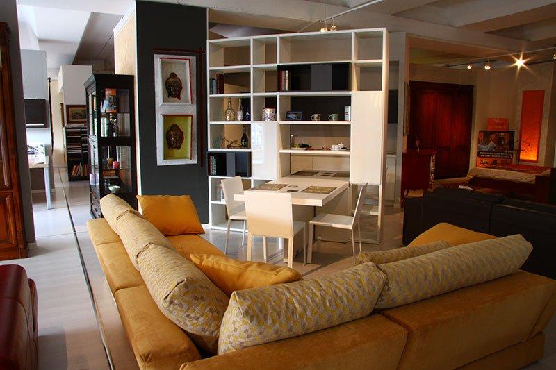 un divano angolare di color giallo