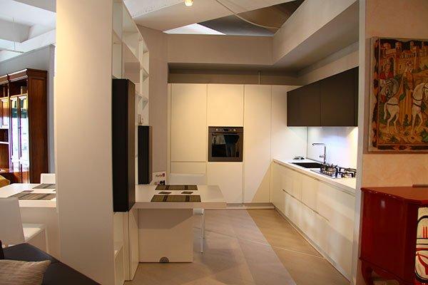una cucina di color bianco e grigio
