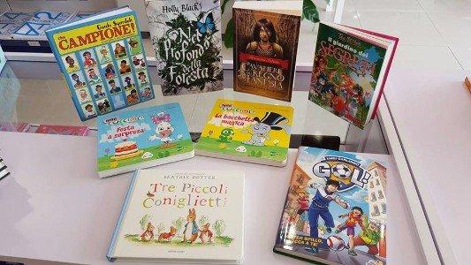 una mensola con dei libri per i bambini