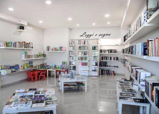 interno di una libreria e una scritta Leggi E Sogna