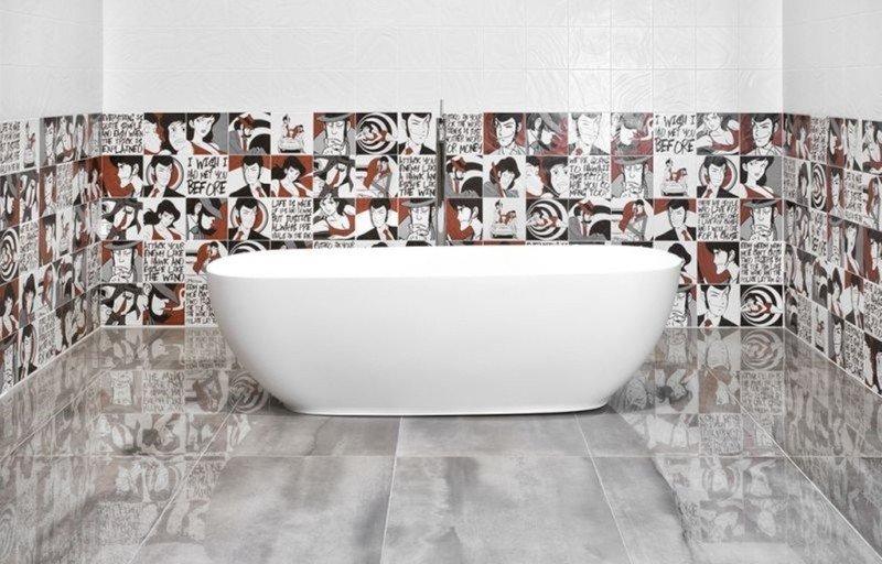 Dei fumetti nelle piastrelle coprono la sala da bagno e circondano la vasca