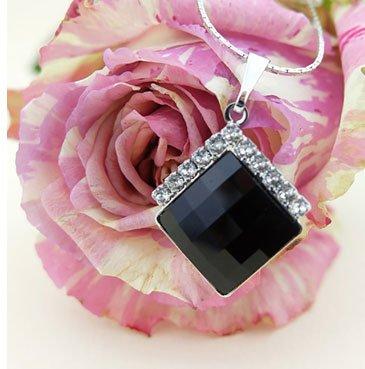 Ciondolo di cristallo nero su una rosa bianca e rosa