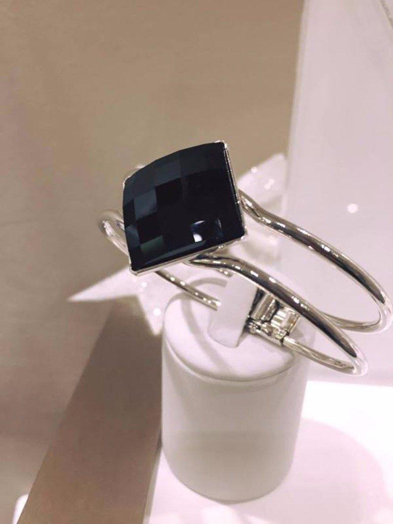 Anello d'argento di duplice aro con vetro nero a forma di rombo
