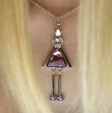 Ciondolo a forma di bambola con cristalli rose e bianchi