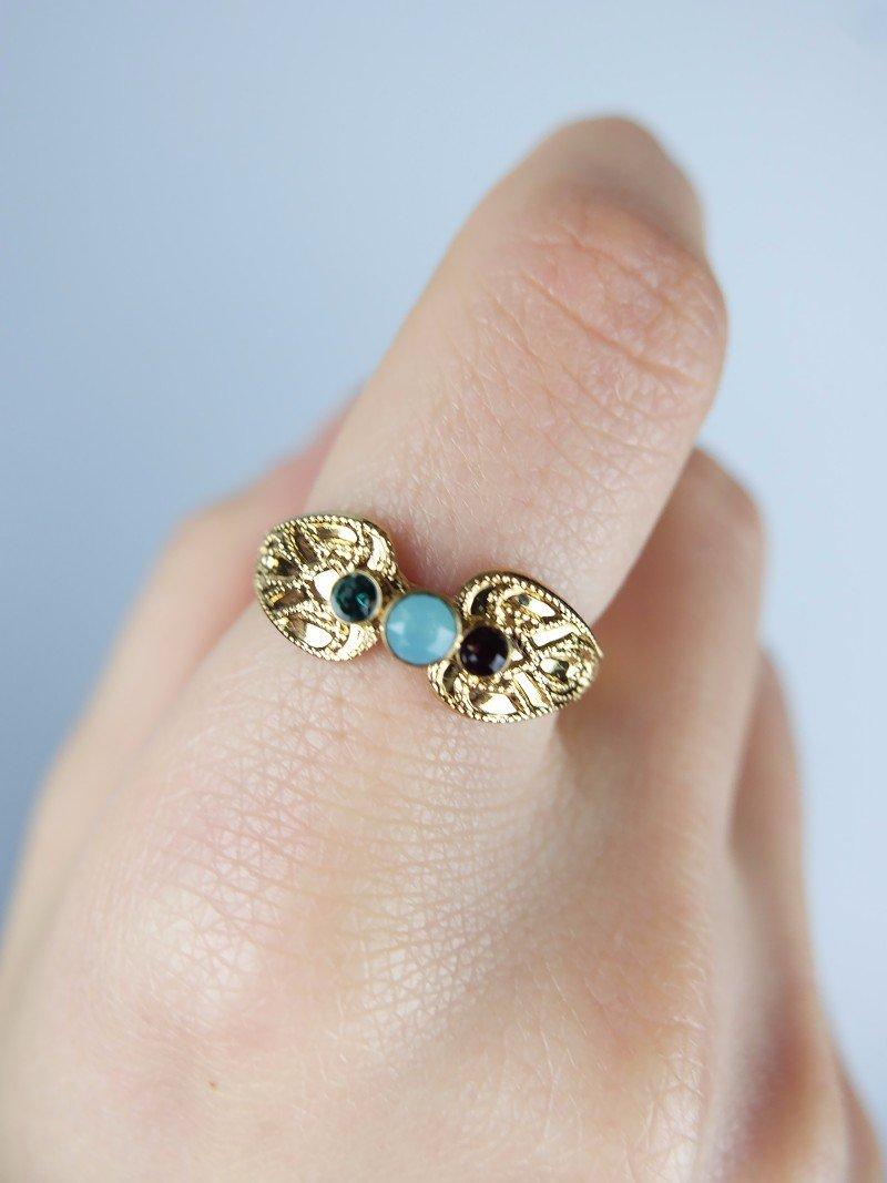 Anello d'oro con pietre di tre colori
