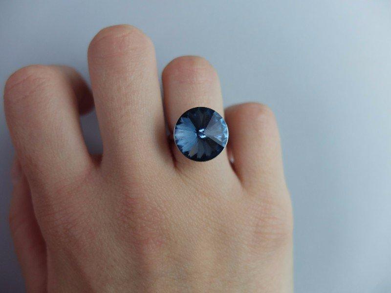 Anello d'argento con vetro blu di forma conica