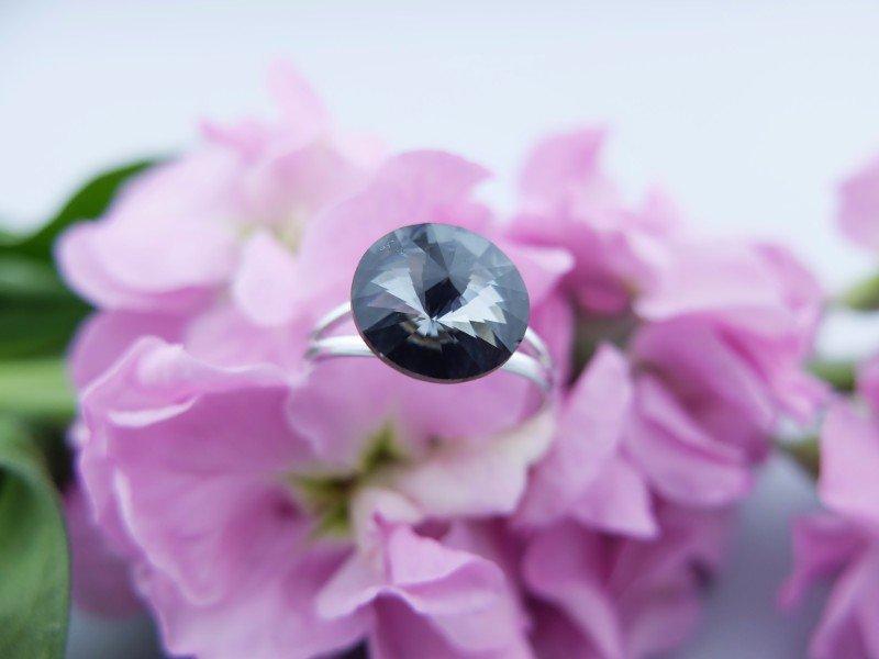 Anello d'argento con vetro nero iridato