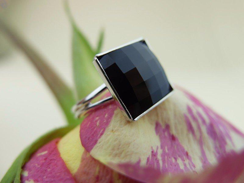 Anello d'argento di due giri con vetro quadrato nero