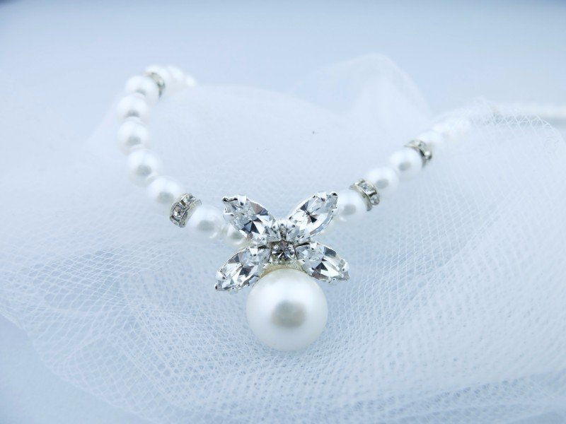La collana di perle e di vetro Swarovski con farfalla di vetro Swarovski e una perla