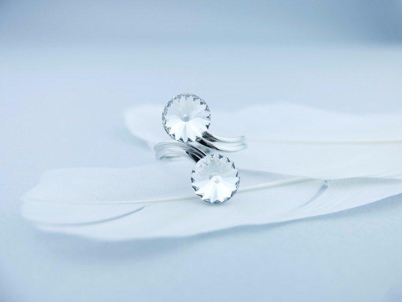 Originale anello d'argento con due fiori con perla che si