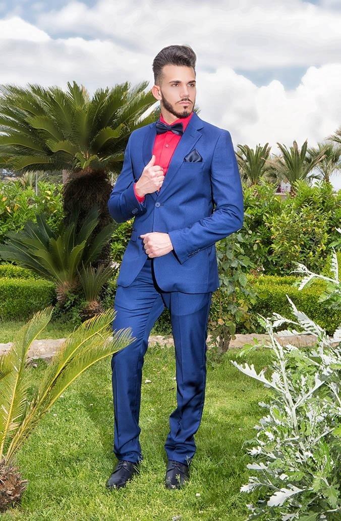 Abito classico elegante blu e camicia rossa