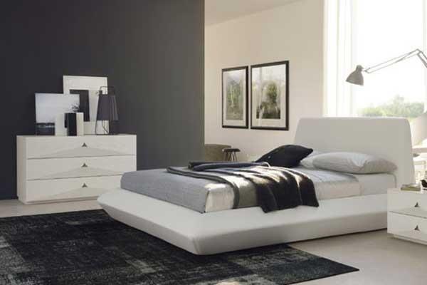 Camera da letto bianca con letto imbottito