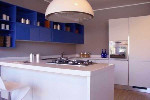 Cucina laccata bianca e blu