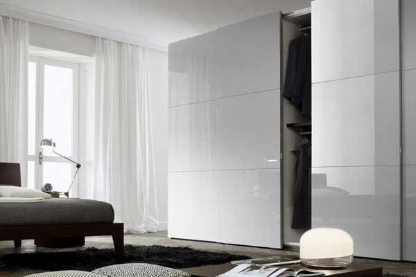 Camera con armadio scorrevole bianco