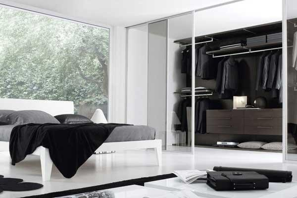 Camera da letto bianca con cabina armadio con ante scorrevoli a specchio