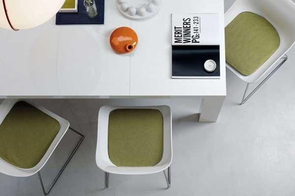 Tavolo con sedie rivestite in tessuto verde