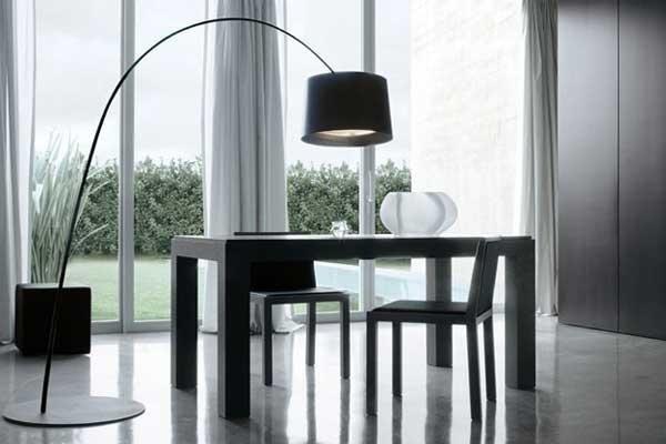 Tavolo da pranzo con sedie in legno scuro